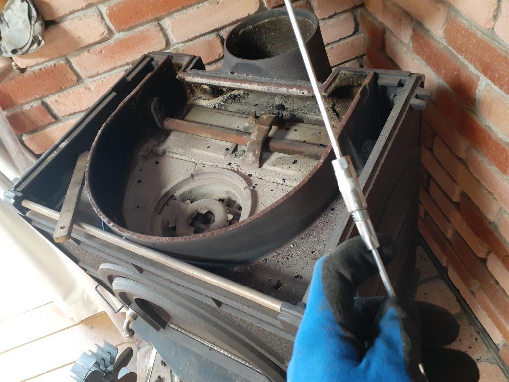 薪ストーブの掃除、ブラシの接続