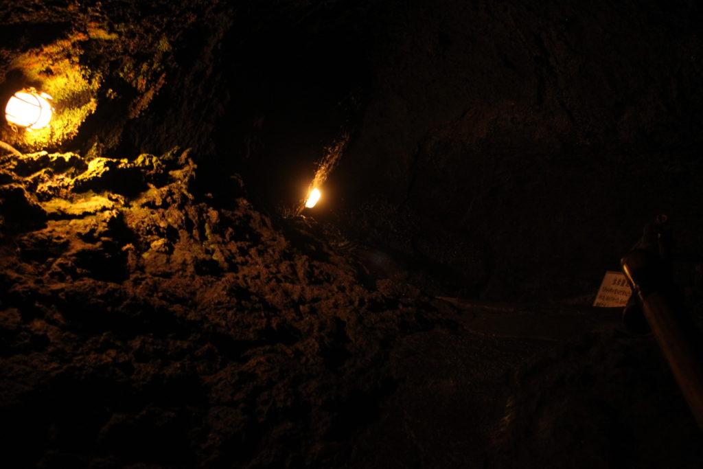 鳴沢洞窟の中は寒い