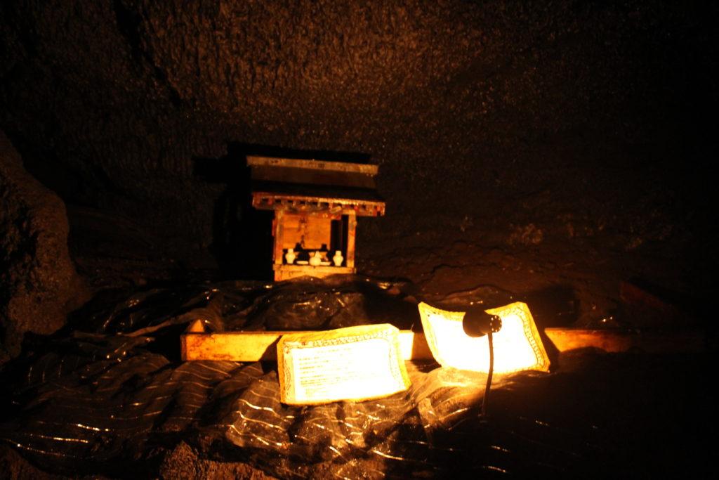 鳴沢氷穴 神社がある