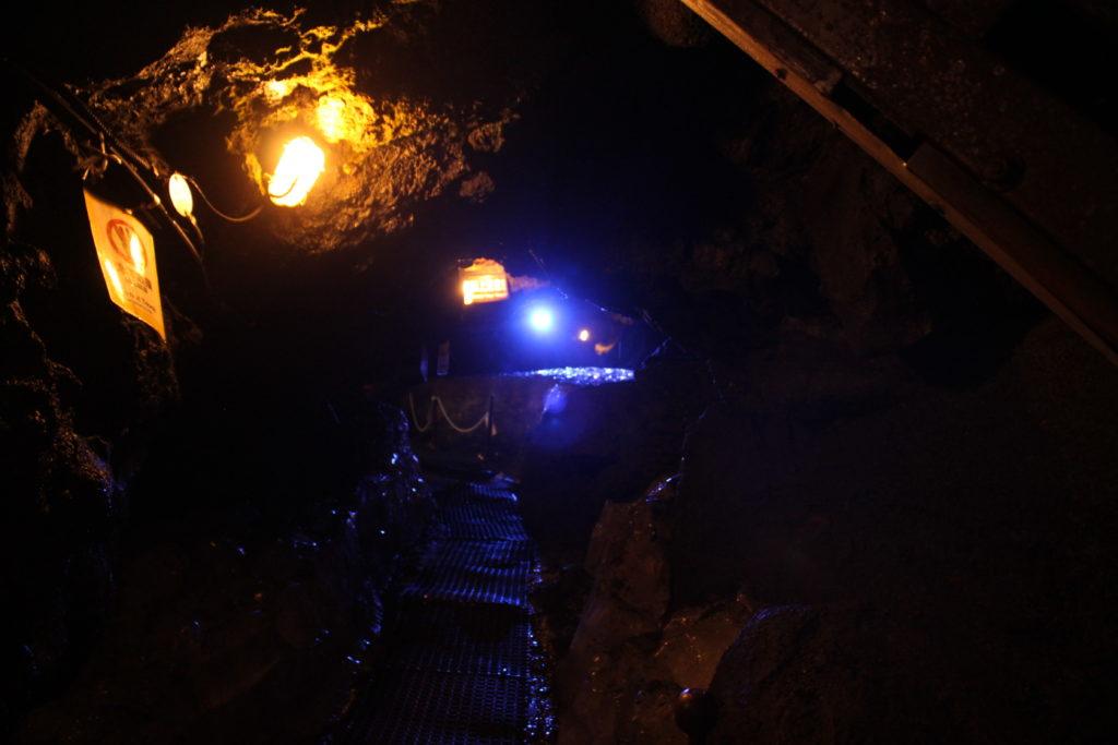 鳴沢氷穴の洞窟の中は暗くて狭いから注意