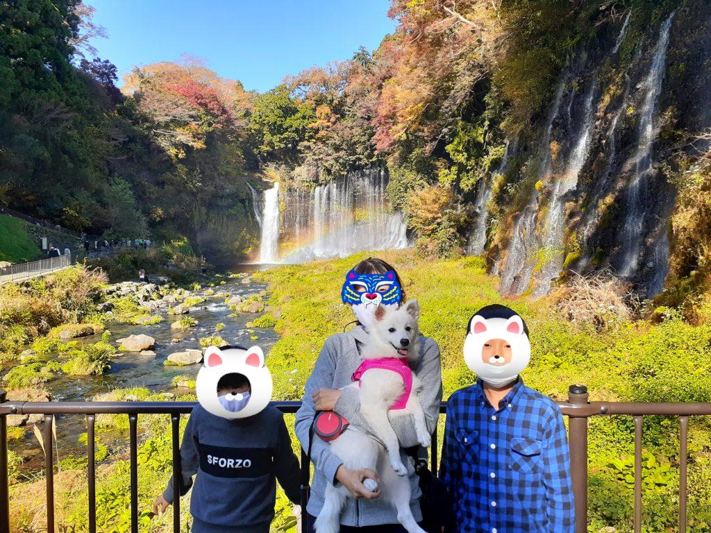 【ペット同伴観光】富士山白糸の滝で紅葉と虹を見る旅行で記念撮影