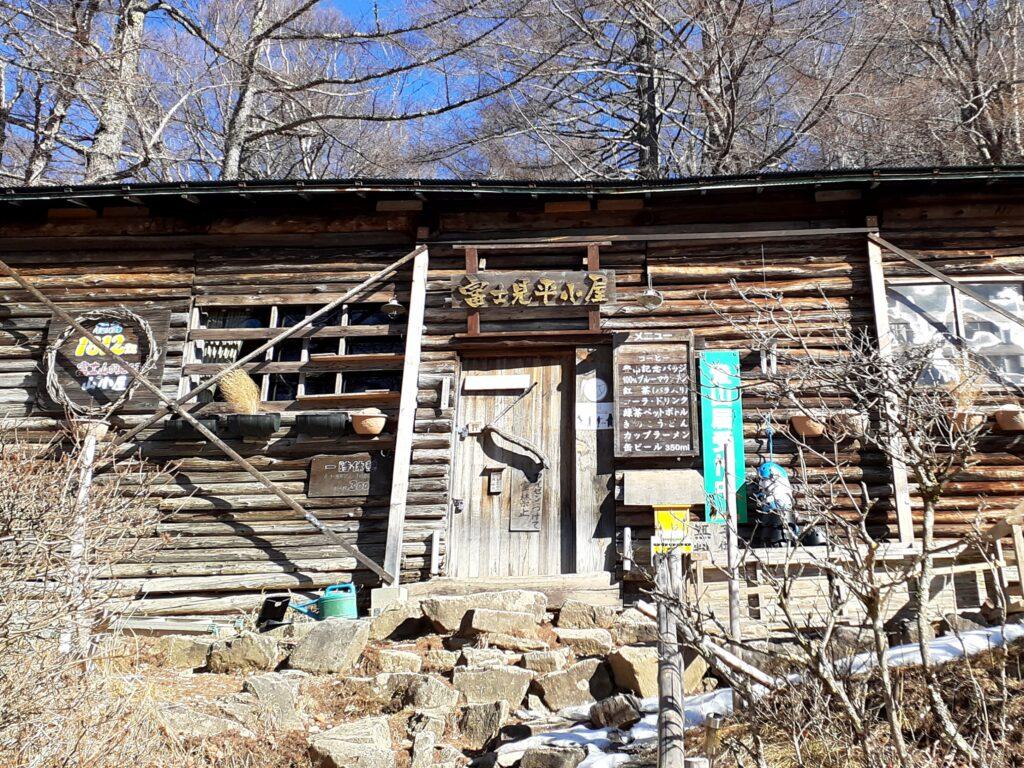 瑞牆山は初心者でも登れる日帰り登山 富士見平の小屋