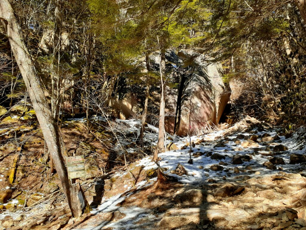 瑞牆山は初心者でも登れる日帰り登山 冬の登山道