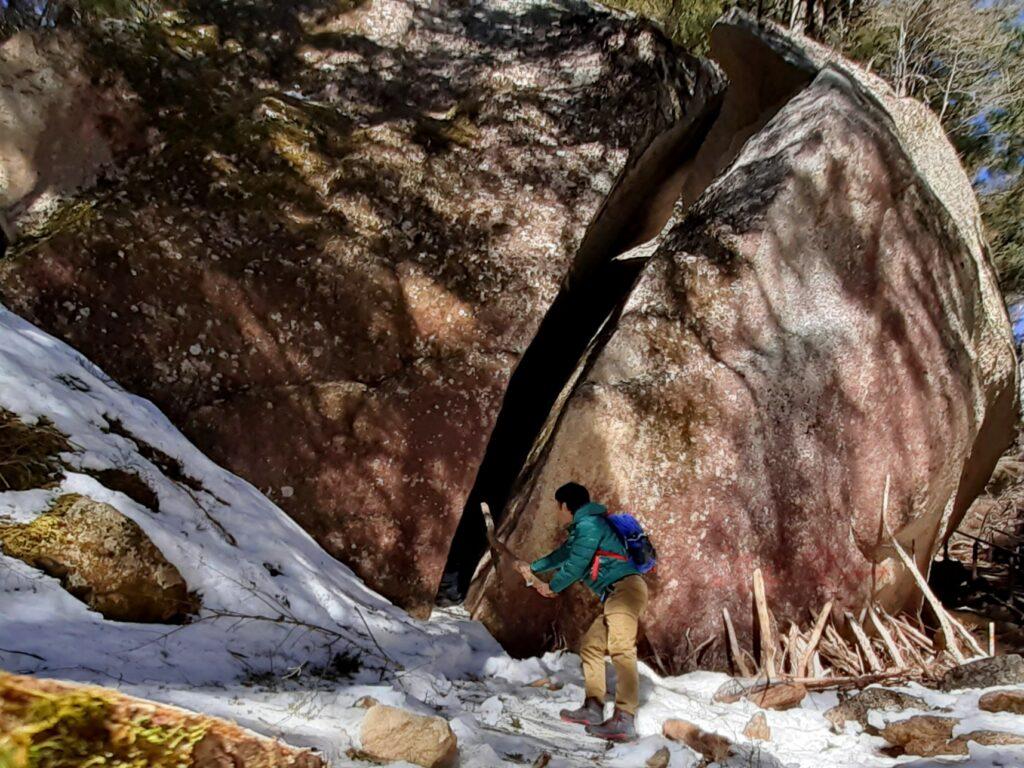 瑞牆山は初心者でも登れる日帰り登山 鬼滅の刃の岩を切る