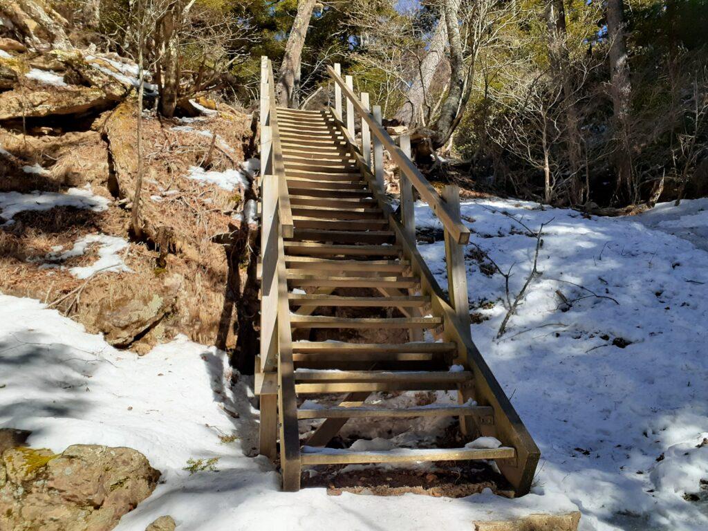 瑞牆山は初心者でも登れる日帰り登山 登山道の階段