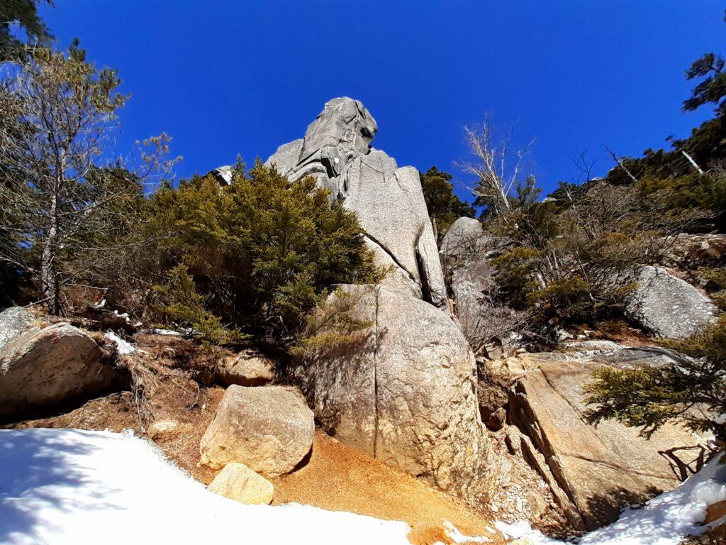 瑞牆山は初心者でも登れる日帰り登山 岩の壁