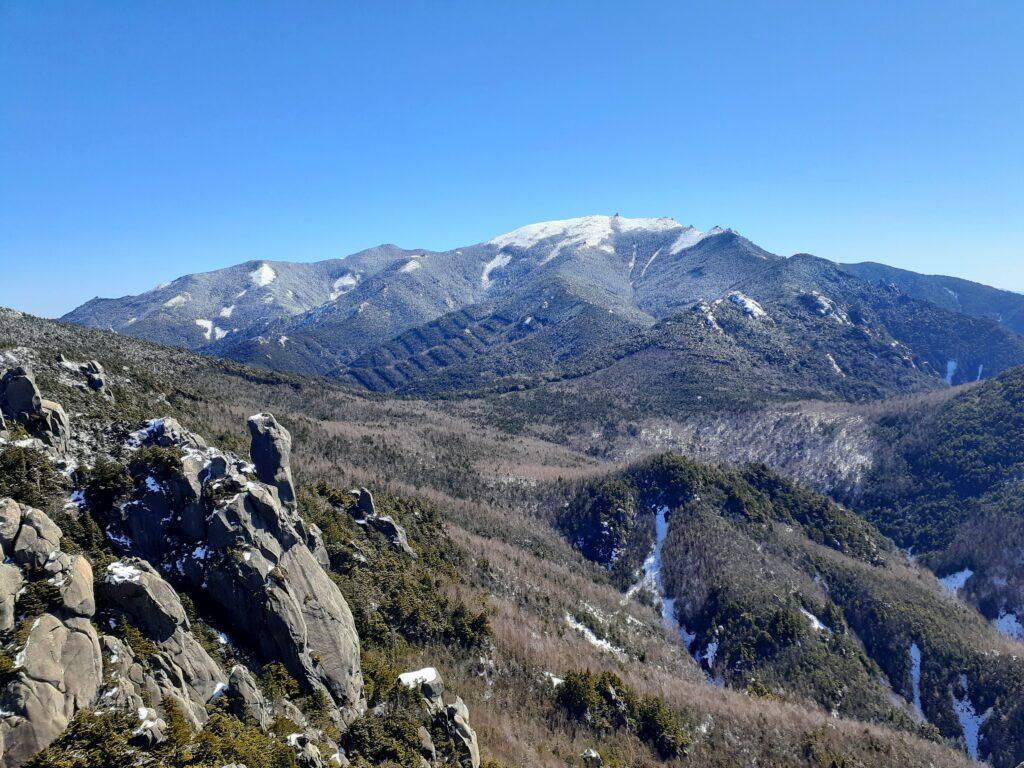 瑞牆山は初心者でも登れる日帰り登山 奥が金峰山